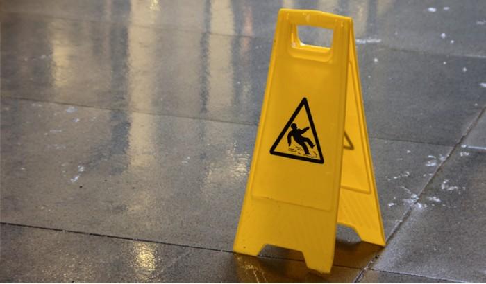 Consejos para reducir el riesgo de caídas en hostelería
