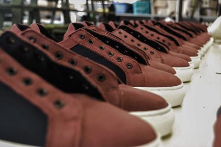 Zapatos preparados para ser revisados